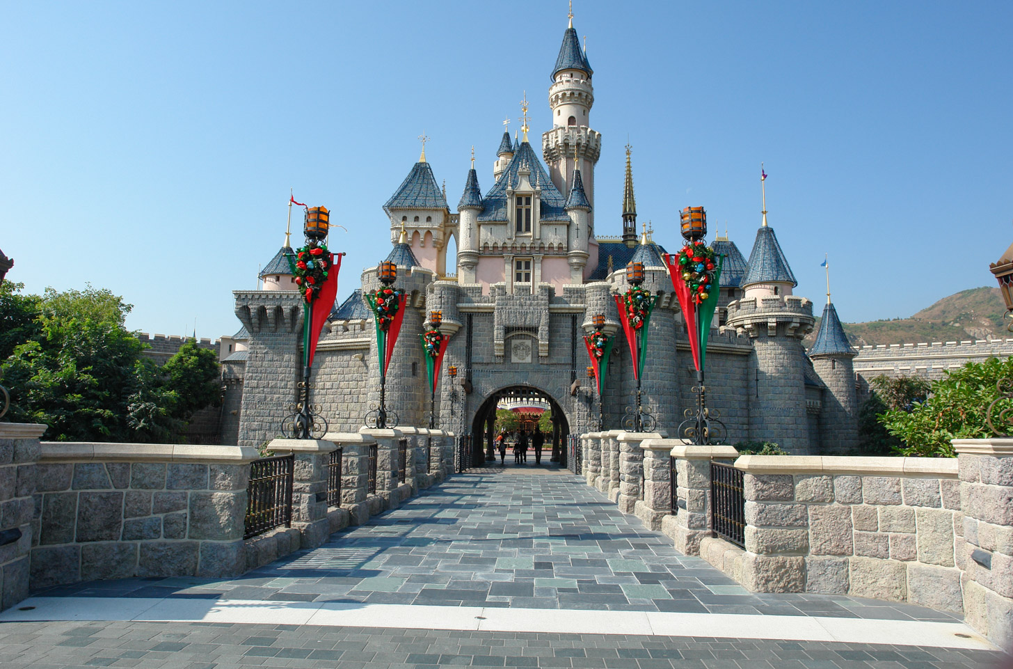 De entree van pretpark Disneyland Hong Kong