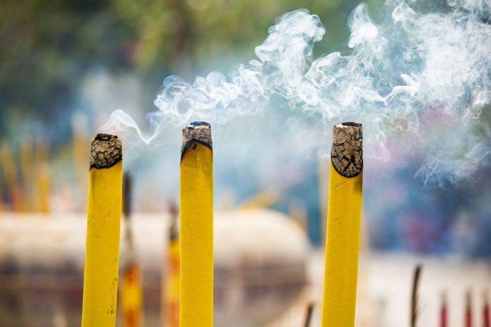 Bij de vele tempels wordt er volop wierook verbrandt